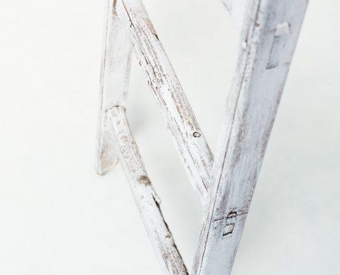 escalera-antigua-vintage-madera-blanca-decoracion-atrezzo-boda-bodas-alta