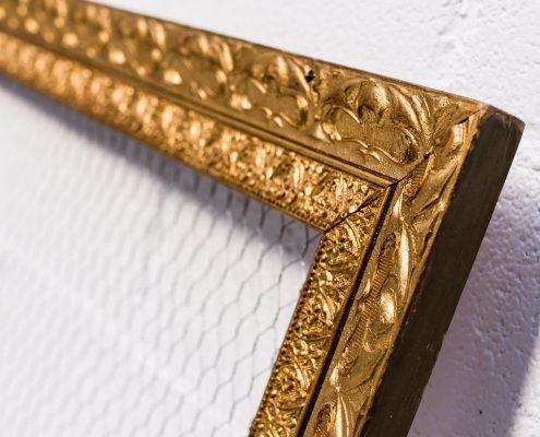 marco vintage de madera tallada color dorado