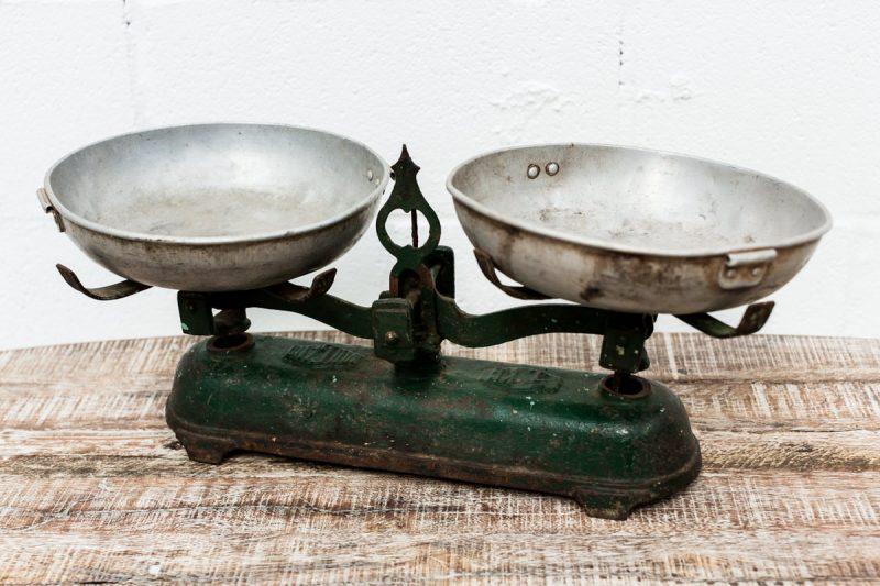 peso-balanza-platos-antiguo-vintage-antiuguedades-decoracion-atrezzo