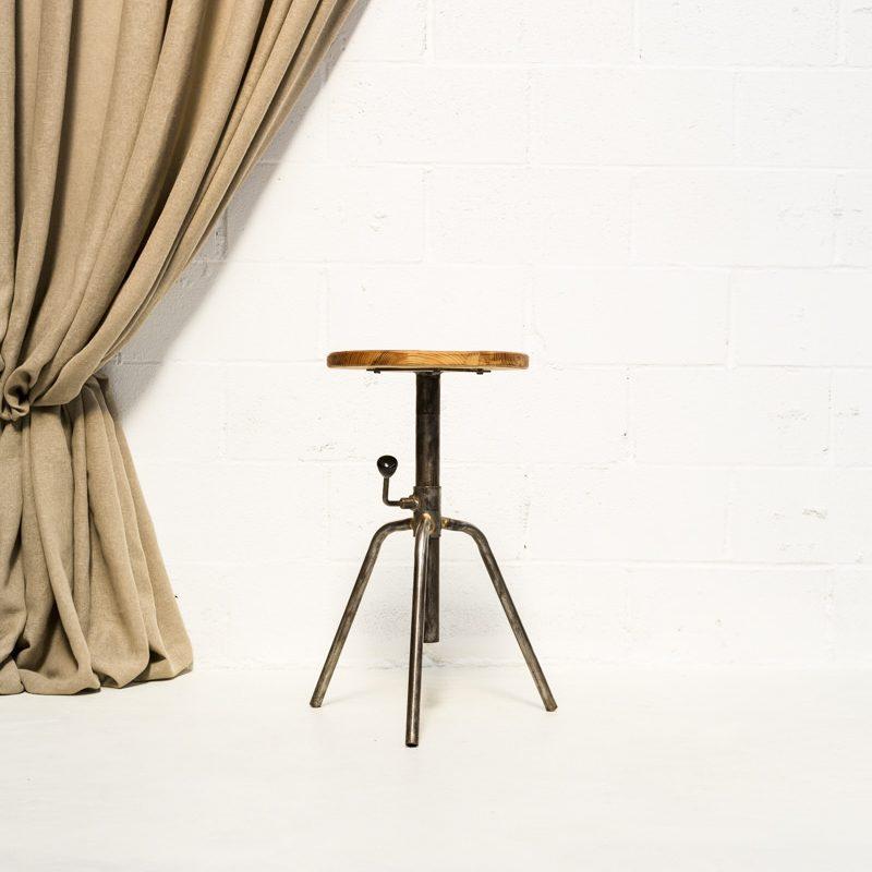 Muebles vintage en madrid, como este taburete de madera estilo industrial.