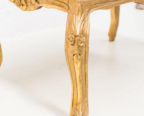 mesa-baja-sofa-vintage-palaciega-dorada