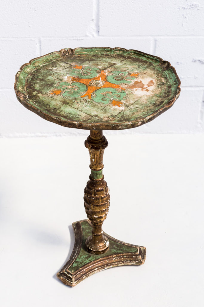 Mesita grosseto memorias del ayer alquiler mobiliario - Mesa auxiliar dorada ...