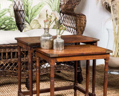 rincon-sofa-mimbre-vintage-mesa-baja-flores-decoracion-alfombras-yute