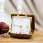 reloj-pequeño-mesa-antiguo-vintage-decoracion-antiguedades-atrezzo
