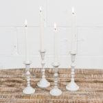 candelabros-metal-blanco-velas-decoracion-atrezzo