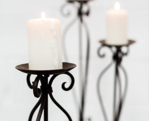 candelabros-metal-oscuro-romantico-velas-decoracion-atrezzo