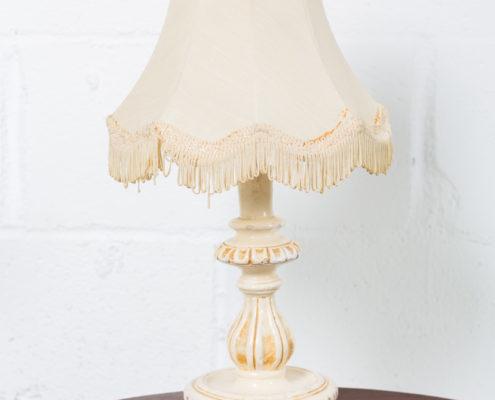 lampara-noche-vintage-tela-porcelana-flequillos-decoracion-atrezzo