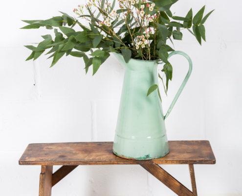 recipientes-antiguas-metal-esmaltado-jarras-cubos-decoracion-atrezzo