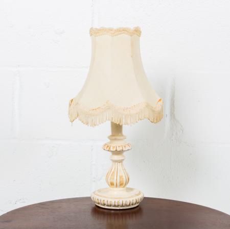 lampara-noche-vintage-tela-porcelana-flequillos-decoracion-atrezzo_04